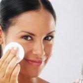 Як правильно знімати макіяж з обличчя