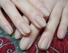 Дизайн нігтів з емаллю ніжних рожевих і тілесних тонів.