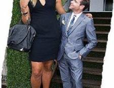 Жінка вище чоловіки. Вона висока, він низький і маленький.